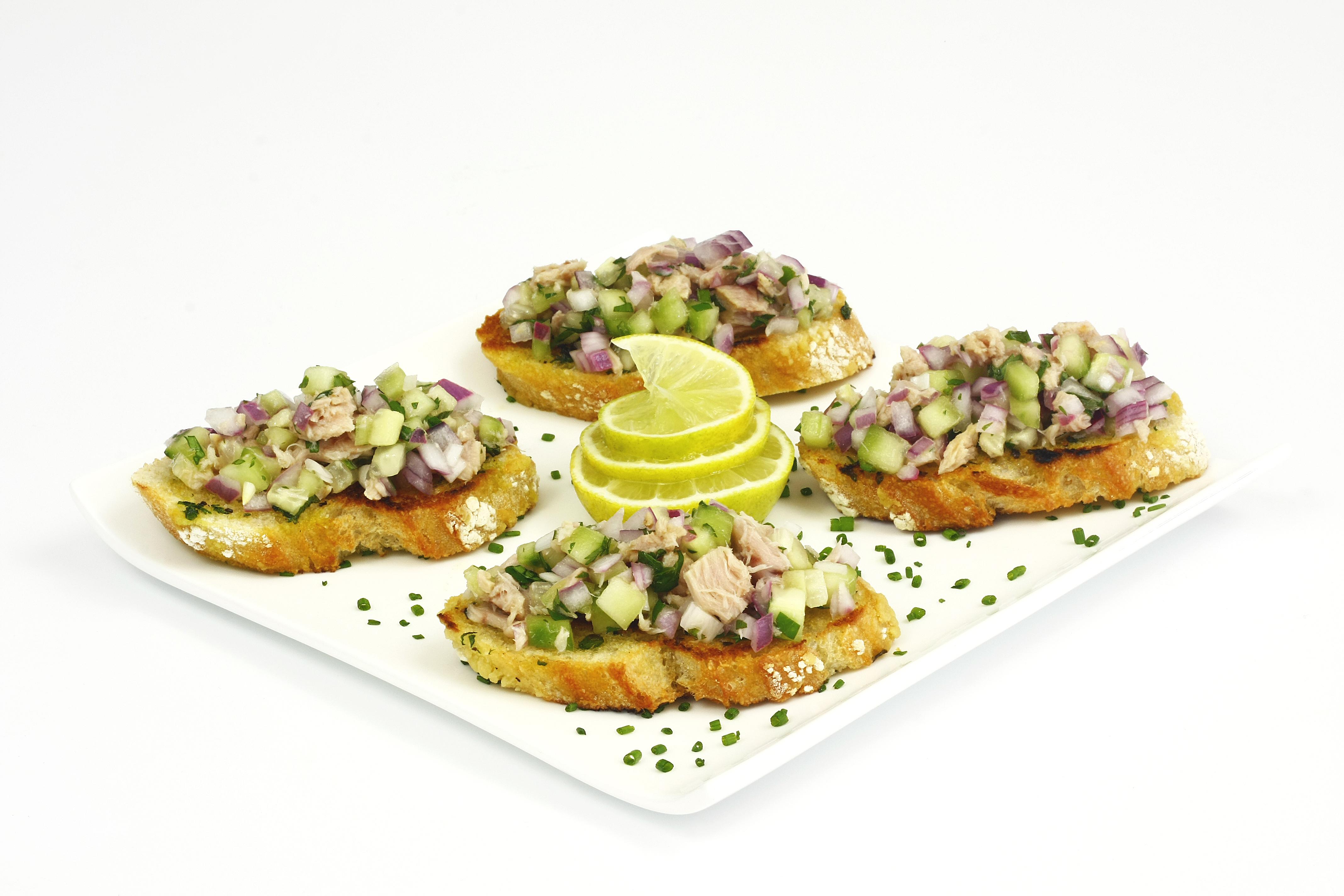 Crostini con ensalada de pepino y atún claro Calvo ligero