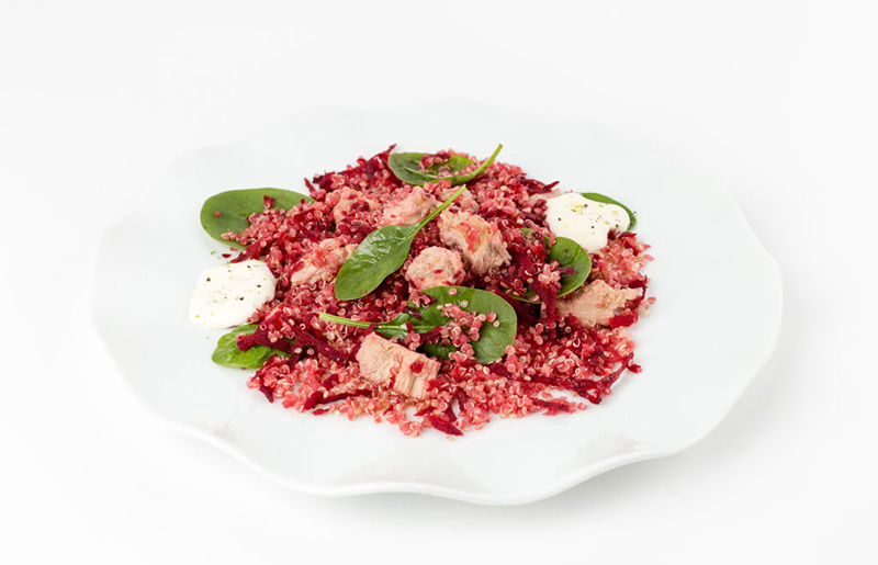 Quinoa con remolacha, brotes tiernos de espinacas y atún