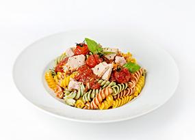 Pasta multivegetales con marinara, tomatitos asados y atún