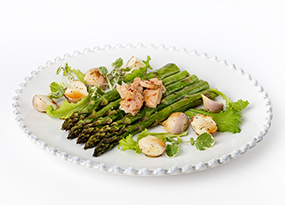 Atún sobre espárragos verdes al grill con ensalada de mini nabos