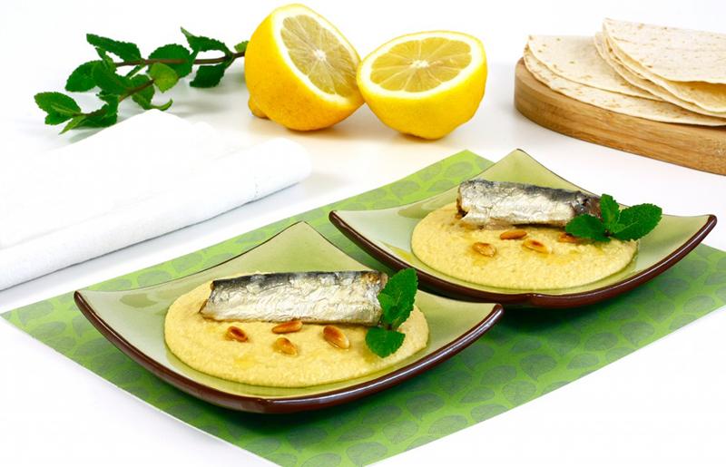 Hummus con sardinas al limón