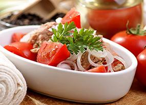 Ensalada de atún, tomate y cebolla