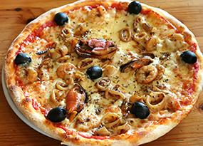 Pizza de mejillones y calamares